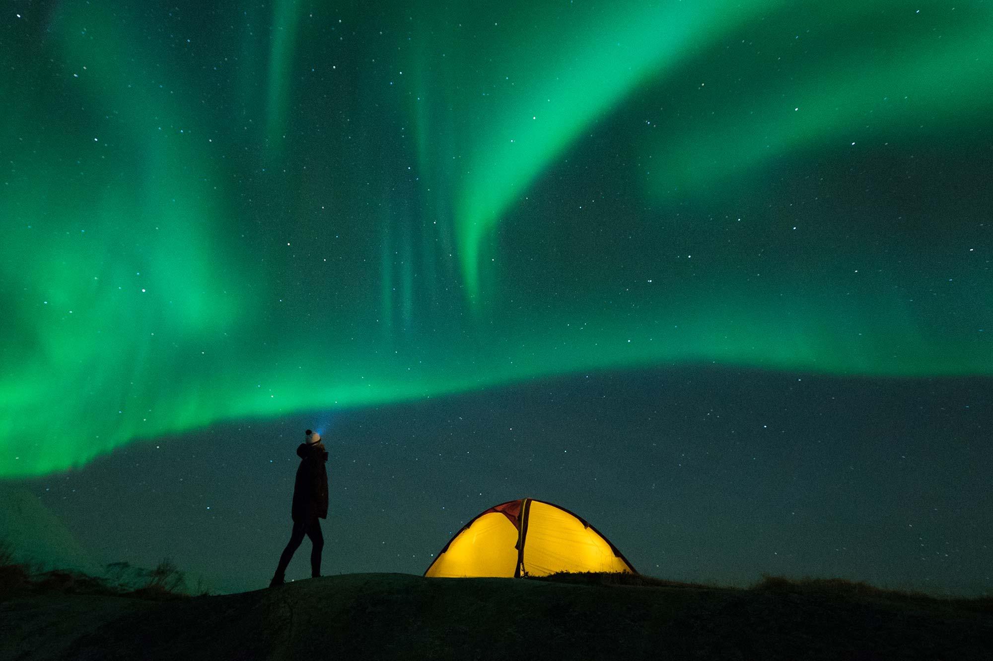 Kari Schibevaag mit Polarlichtern