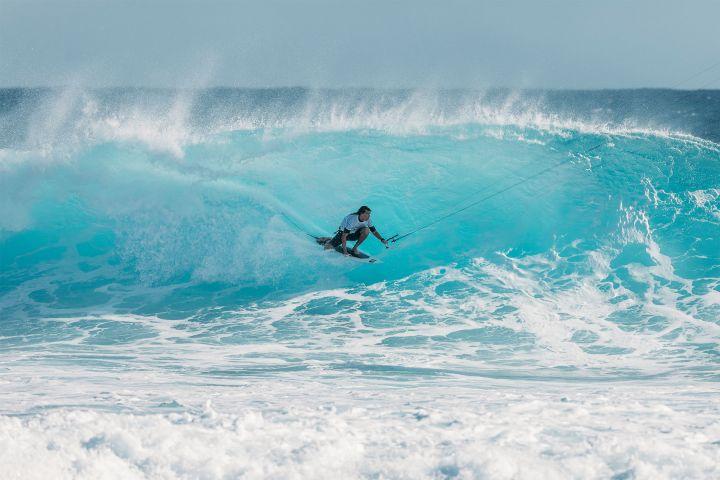 Willow surft eine Barrel in einer Welle