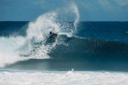 Airton Cozzolino in einer Welle auf Mauritius