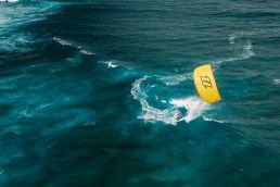 Jalou Langeree surft in der Welle vor Mauritius in einer Drohnenaufnahme aus der Luft betrachtet