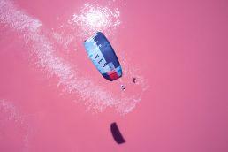 Marian Hund kitet auf dem Pink Lake in Australien