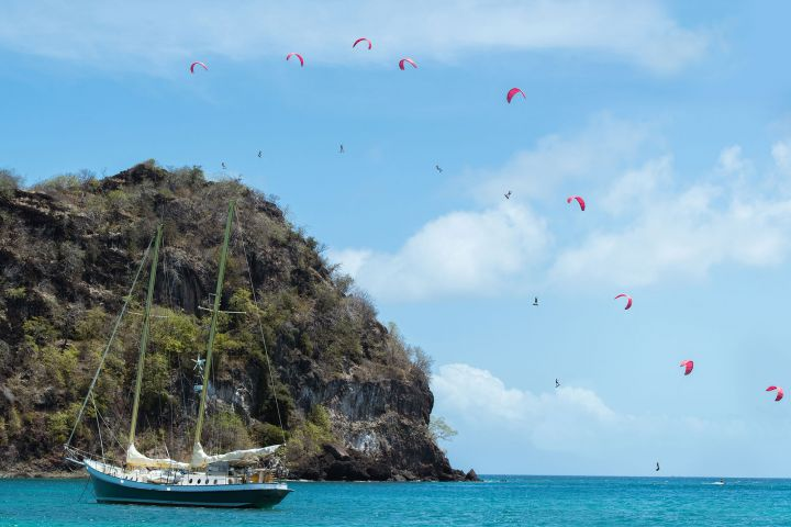 Nick Jacobsen springt mit dem Kite von einer 84 Meter hohen Karibik-Insel