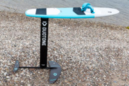 Board mit Foil montiert stehend am Strand