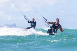 Fernando Fernandes kitet mit Pete Cabrinha