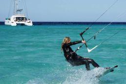 Almuth Otto kitet vor einem Segelboot