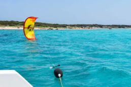 Starten eines Kites von einem Segelboot aus