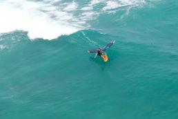 Wing-Foiler Titouan Galea in einer Welle auf Sal Cabo Verde