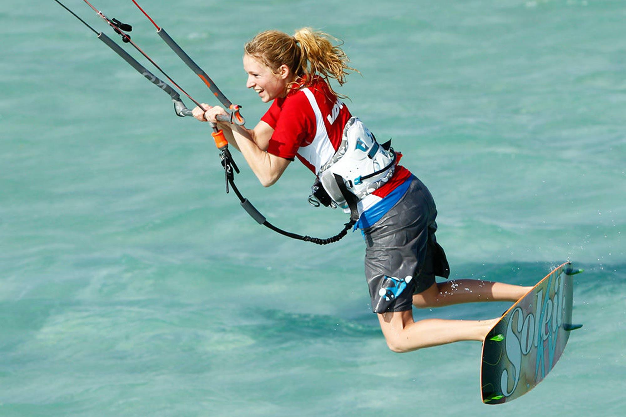 Kitesurferin beim Sprung
