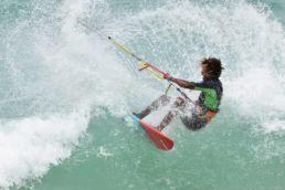 Kitesurfer in der Welle auf Boa Vista