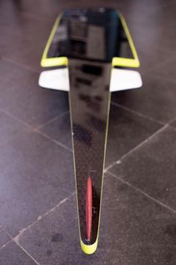 Das Powerboard von Speed-KiteDer gelbe Helm, die Kamera und GPS-Geräte begleiten Tilmann bei jedem Speed-Run
