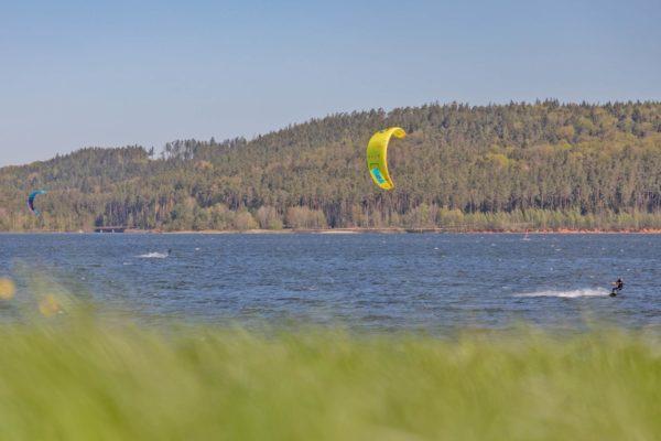 Ein Kiter auf dem Brombachsee