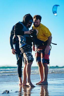 Drei Kiter am Strand