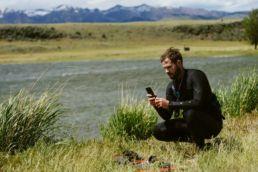 Ein Kiter mit einem Smartphone