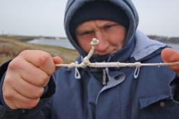 Ein Kiter prüft seine Lines