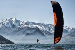 Ein Kiter im Winter mit einem Schirm von Flysurfer