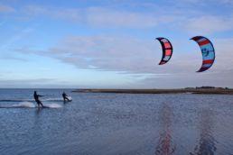 Zwei Kiter im Winter