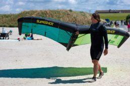 Arne Schuber vom KITE Magazin lernt Wingfoilen