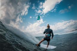 Jalou Langeree beim Kiten in der Welle