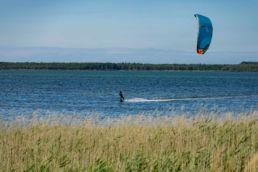 Ein Kiter am Spot Vaschvitz auf Ummanz an der Ostsee