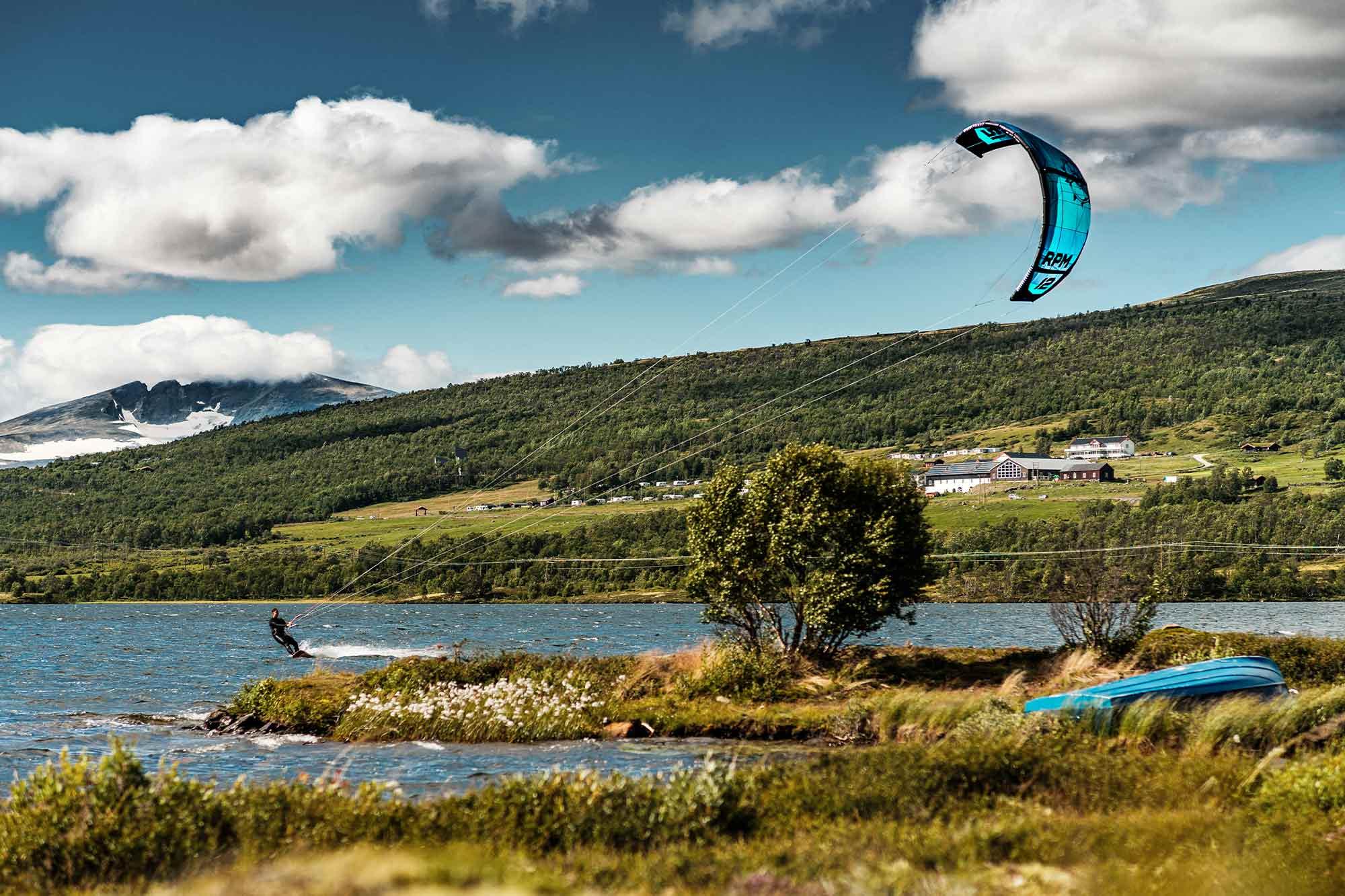 Ein Kiter auf dem Fjellsee in Norwegen