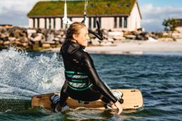 Eine blonde Frau beim Kiten in Norwegen