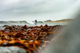 Ein Surfer an der Westküste Norwegens