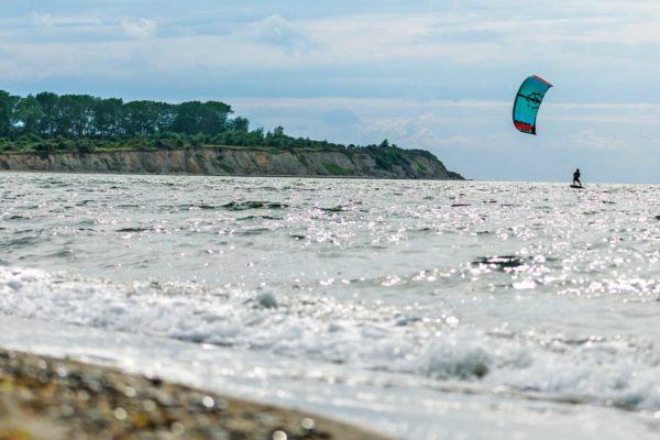 Ein Kiter vor der Insel Rügen an der Ostsee
