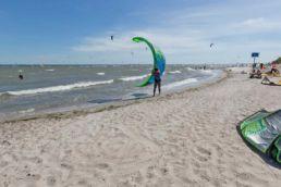 Starthelfer und Kiter am Strand von Rettin