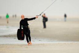 Heinz Kummerfeld geht am Strand von St. Peter Ording