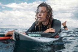 Jalou Langeree auf einem Waveboard