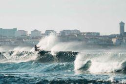 Jalou Langeree kitet in der Welle